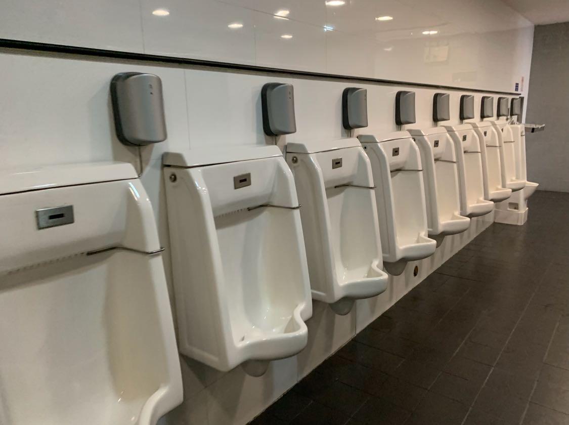 Nah, bandingkan dengan toilet di Svarnabhumi Airport Bangkok. Seperti itu gambar toilet di terminal kedatangan.