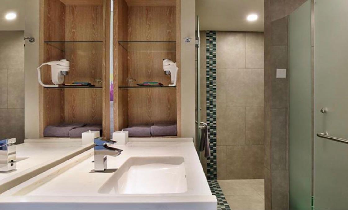 Nah, kalau ini adalah gambar ruang toilet sekaligus kamar mandi di sebuah hotel di Bogor. Bagus ya?