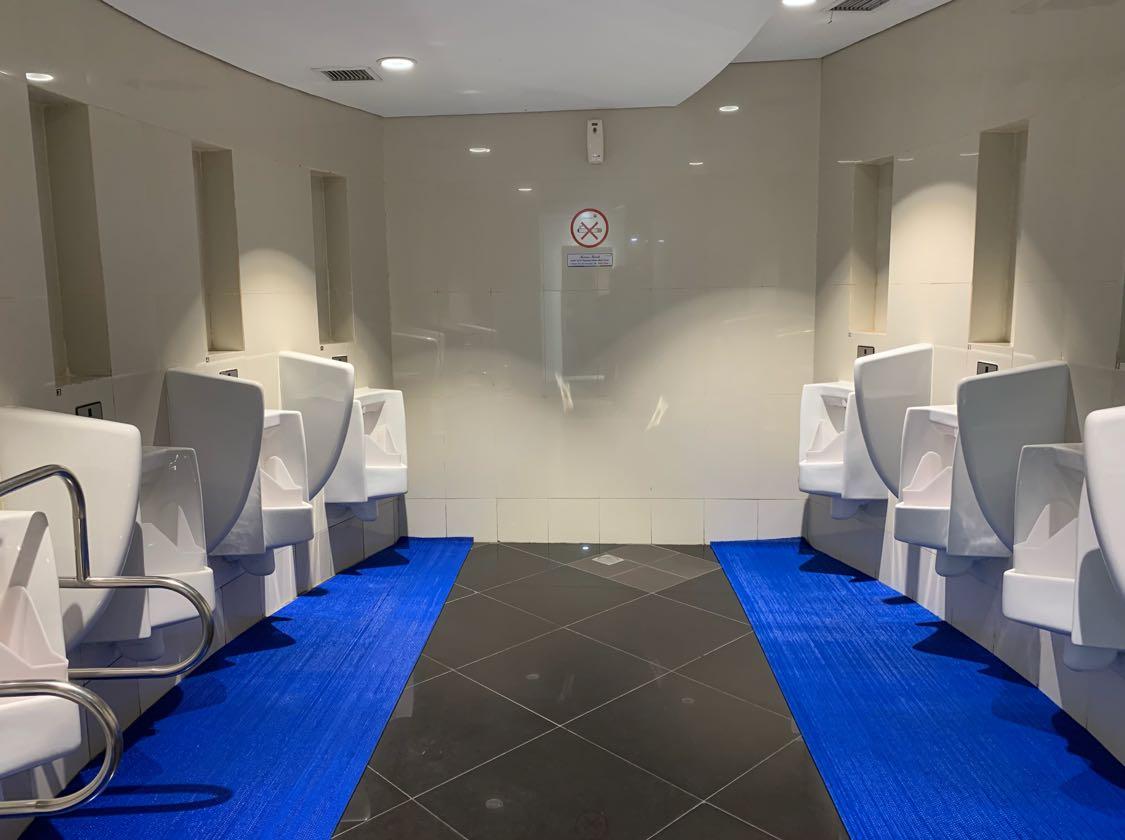 Walaupun sering berada di lahan yang terbilang minim, toilet pun harus lulus persyaratan ruang. Ini bukan untuk kenyamanan semata, tetapi juga untuk kesehatan tubuh. Untuk itu, Asosiasi Toilet Indonesia memiliki persyaratan ruang untuk toilet. Berikut ukuran toilet ideal dari Asosiasi Toilet Indonesia (ATI).  Lebar kubikal minimal 90cm - 120cm dengan kedalaman antara 150cm - 200cm.Ketinggian plafon minimum 220cm.Secara teknis dalam gambar arsitektur diukur dari poros/as dinding, ukuran luas minimum menjadi: (P x L x T) 90cm x 150cm x 220cm  Lebar kubikal minimal 90cm - 120cm dengan kedalaman antara 150cm - 200cm.  Ketinggian plafon minimum 220cm.  Secara teknis dalam gambar arsitektur diukur dari poros/as dinding, ukuran luas minimum menjadi: (P x L x T) 90cm x 150cm x 220cm