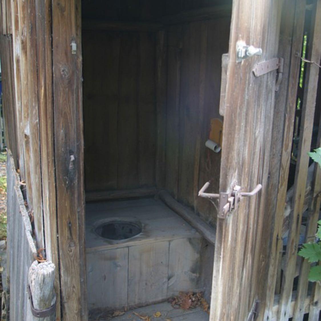 Ini kami menemukan foto kakus di pixabay gratis. Ya, seperti itulah toilet jaman dulu yang disebut kakus.