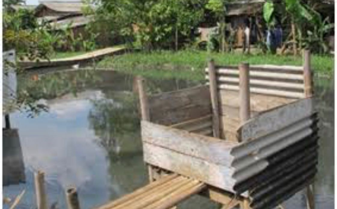 Kalau di desa-desa masih banyak empang atau rawa, maka biasanya ada tempat buang air dibangun di atasnya. Seperti itulah bentuknya.