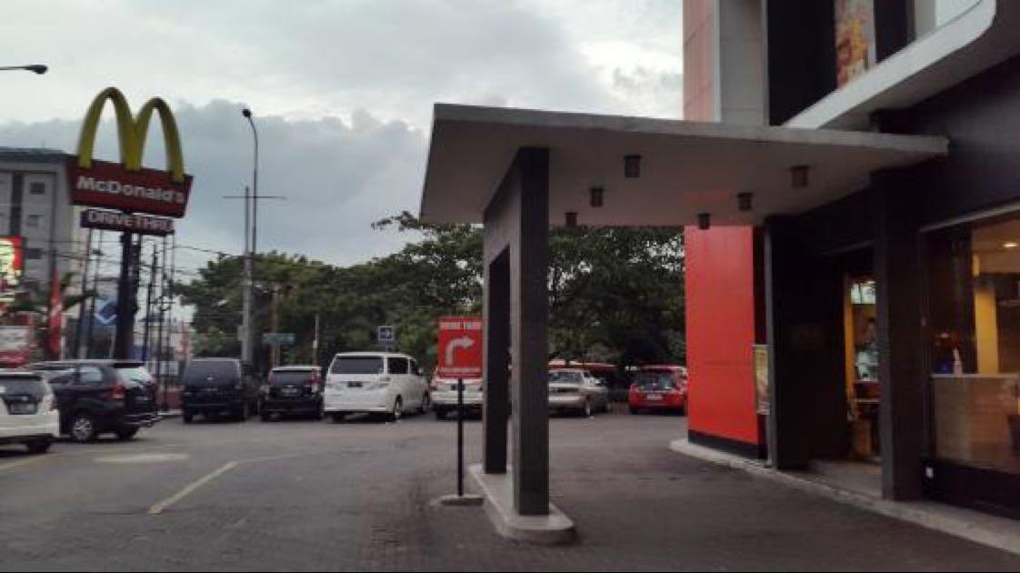 Perut laper gak kenal waktu. Untuk yang sedang di Bandung, catat nih gerai McD yang cukup nyaman dan buka 24 jam. Lokasi tepat di depan Istana Plaza, dan akses sangat mudah dijangkau karena dilalui banyak angkutan kota.