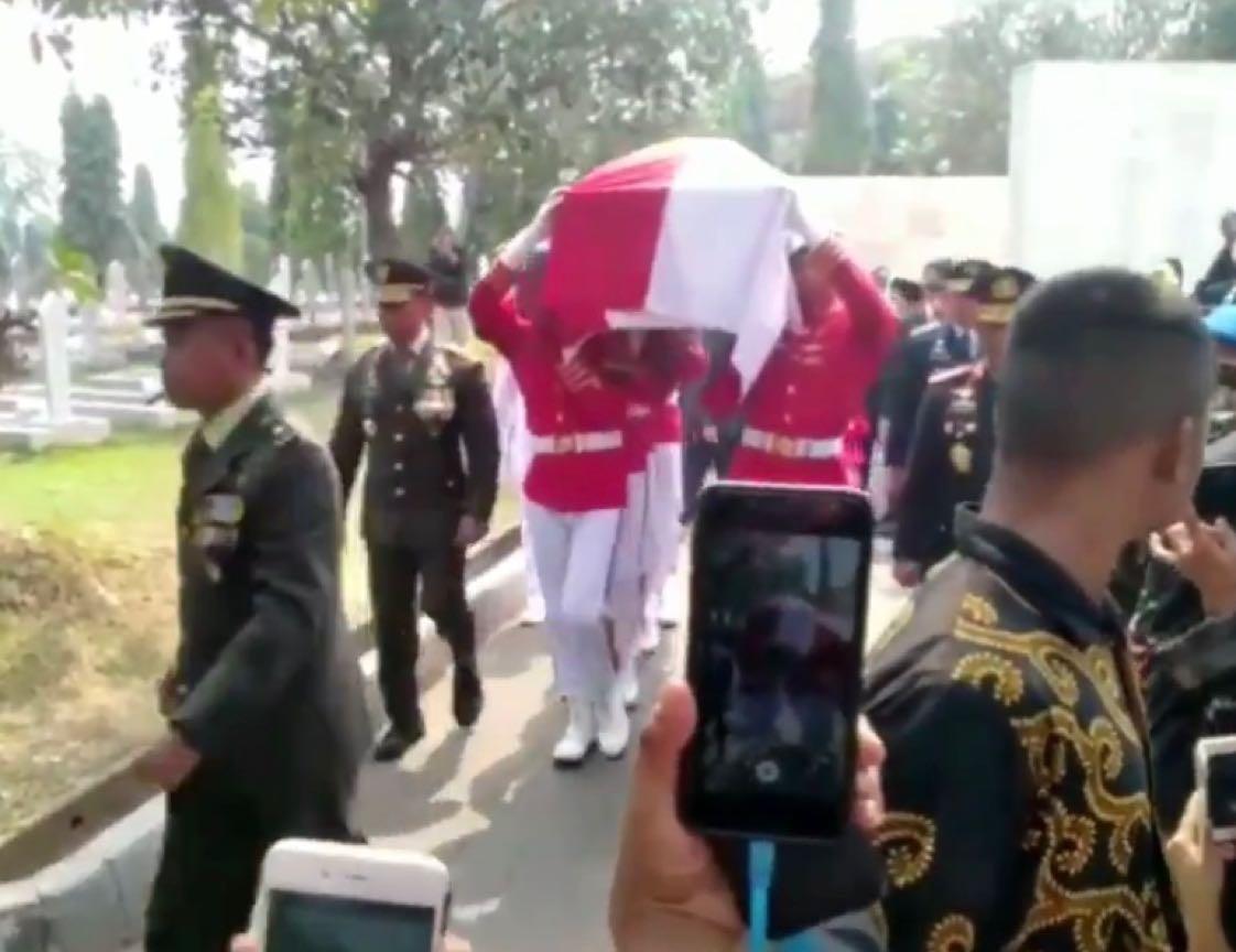 Detik-detik kedatangan jenazah Alm. BJ Habibie di TMP Kalibata, Jaksel. (Paa)