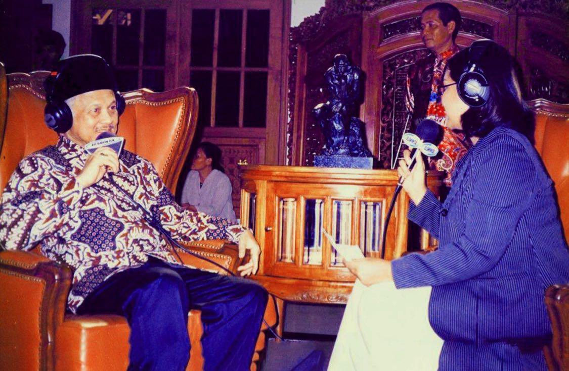 Figur BJ Habibie, beliau adalah teladan besar bagi bangsa ini, tentang kenegarawanan, juga tentang kesetiaannya pada Ainun. Beliau begitu rendah hati di hamparan kebesaran dirinya. (foto ini ketika BJ Habibie wawancara dgn penyiar Elshinta, Krisanti)