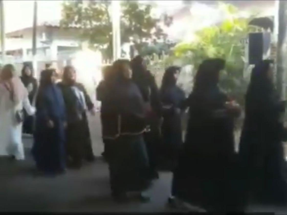 Masyarakat dan Tetangga rumah dari Almarhum BJ Habibie sejak pagi mulai berdatangan untuk melayat. (Mur)