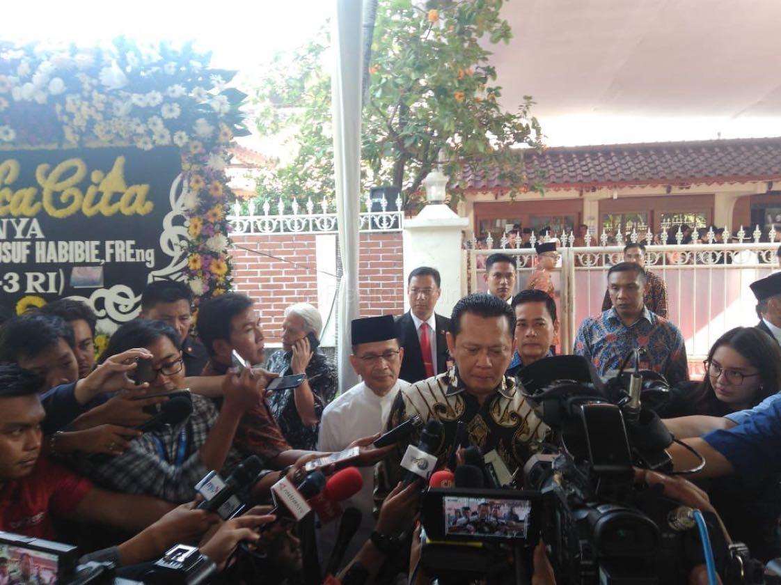 Ketua DPR RI Bambang Soesatyo pagi ini menyelawat ke kediaman Alm. Presiden ke-3 RI BJ Habibie. (Mur)