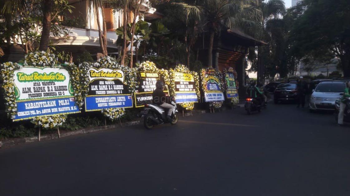 Karangan Buka Duka Cita untuk Presiden ke-3 RI BJ Habibie memenuhi Jl. Patra Kuningan, Jaksel, Kamis (12/9). (Mur)