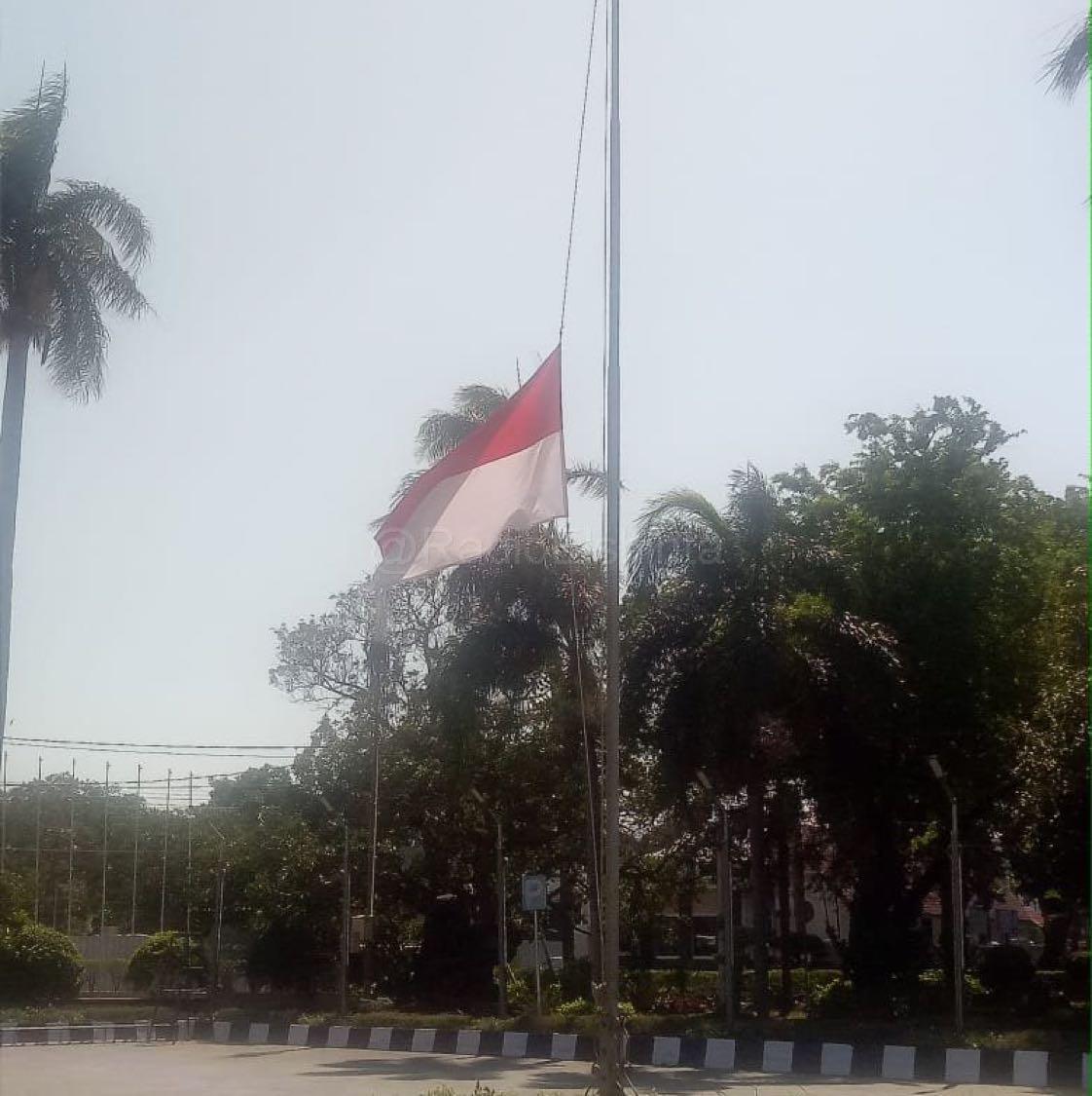 Pengibaran bendera setengah tiang di beberapa daerah di Kabupaten Majalengka terus dikibarkan mengingat pentingnya jasa-jasa Presiden ke 3 RI BJ Habibie sebagai anak bangsa yang jadi suri teladan dedikasi yang tinggi. (Tim)