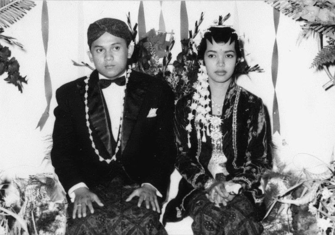 Sebuah tweet di akun Twitter @PotretLawas muncul dengan tulisan: Bacharuddin Jusuf Habibie (1936-2019)  Selamat jalan Eyang. Bersatulah kembali dg cintamu. Cinta Tuhan. Cinta Ainun. Terang pulangmu.