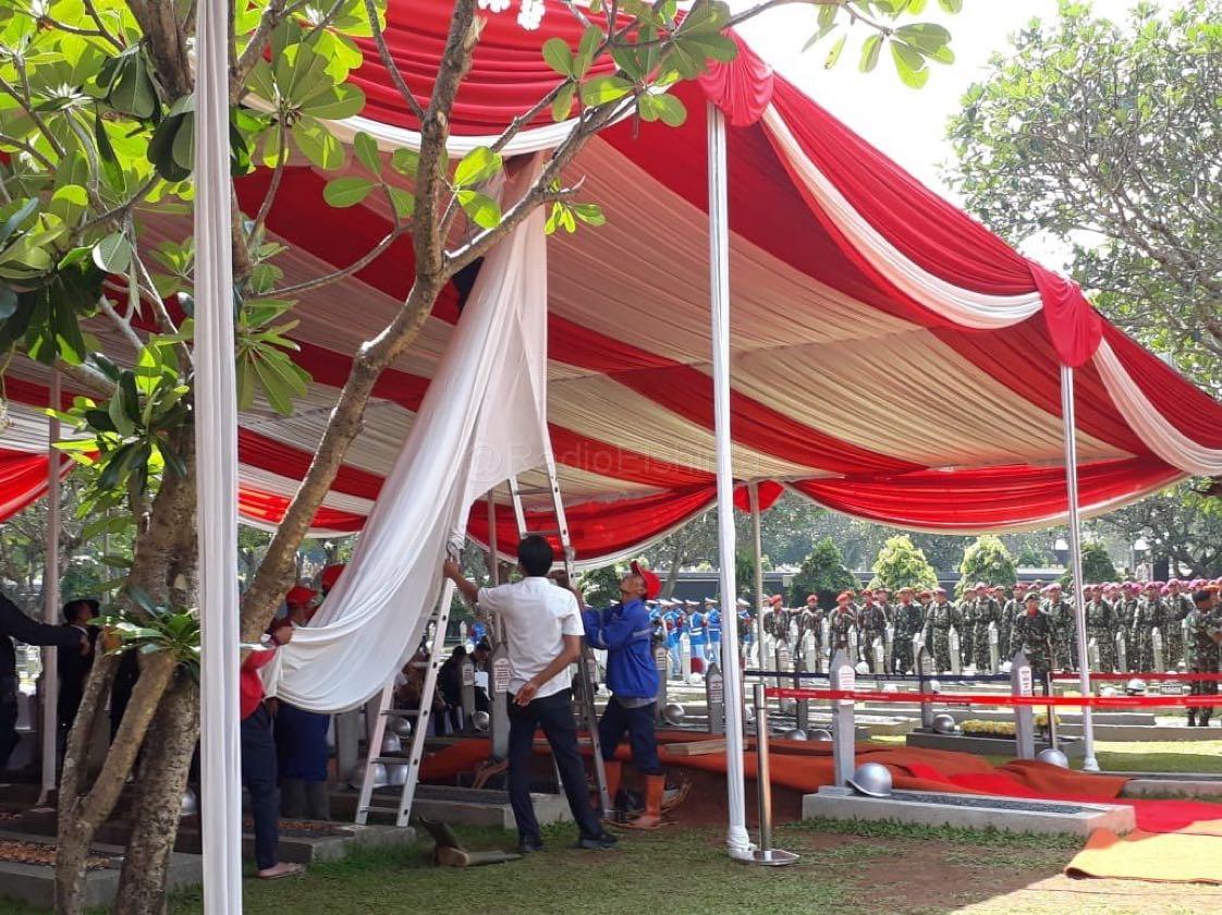 Persiapan terus dilakukan di TMP Kalibata, Jaksel tempat akan dimakamkan presiden ke- 3 RI BJ Habibie hari ini, Kamis (12/9). (Mus)