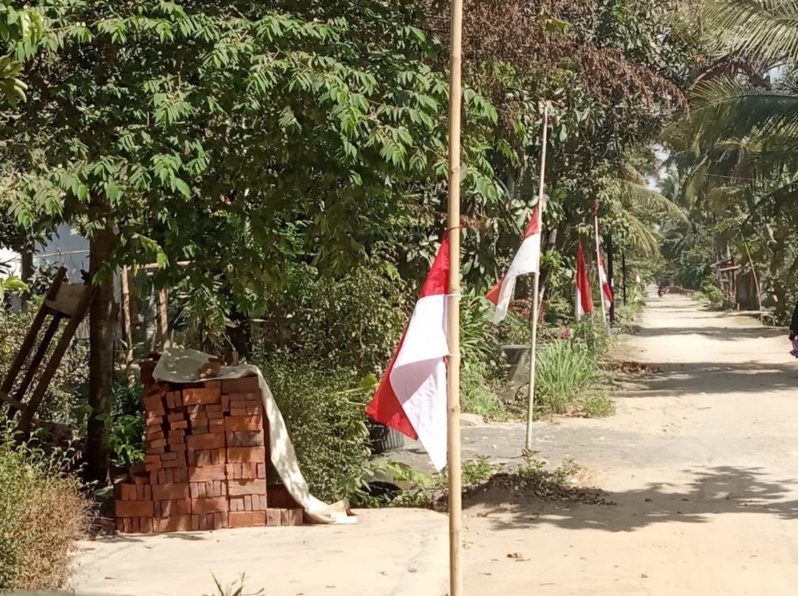 Bendera setengah tiang dari warga Dusun Sitinggil, Desa Rawajaya, Kec. Bantarsari, Kab. Cilacap. Sebagai bentuk penghormatan terakhir kepada Prof. Dr. BJ. Habibie.