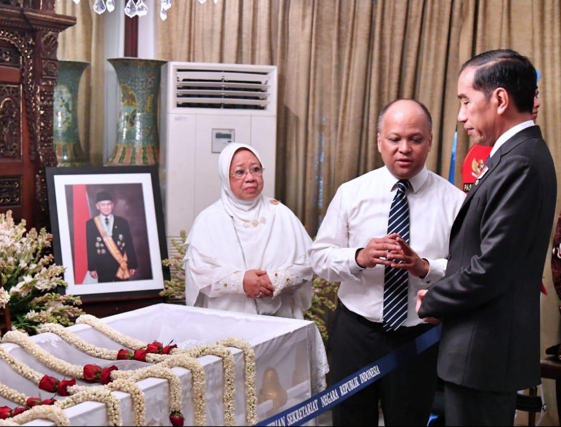 Ajakan Presiden Joko Widodo melalui akun Twitter @Jokowi: Selamat pagi. Mari mengantar kepergian Pak BJ Habibie dengan doa untuk keselamatannya, dengan kibaran bendera setengah tiang, dengan optimisme yang kuat untuk melanjutkan cita-citanya.