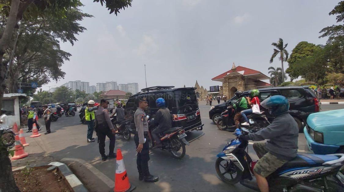 Pada pukul 11.52: Kondisi arus lalin di Jl. Kalibata Raya Jaksel, tepatnya di depan TMP Kalibata jelang prosesi pemakaman Alm. BJ Habibie. Pihak keamanan telah berjaga. (Rap)
