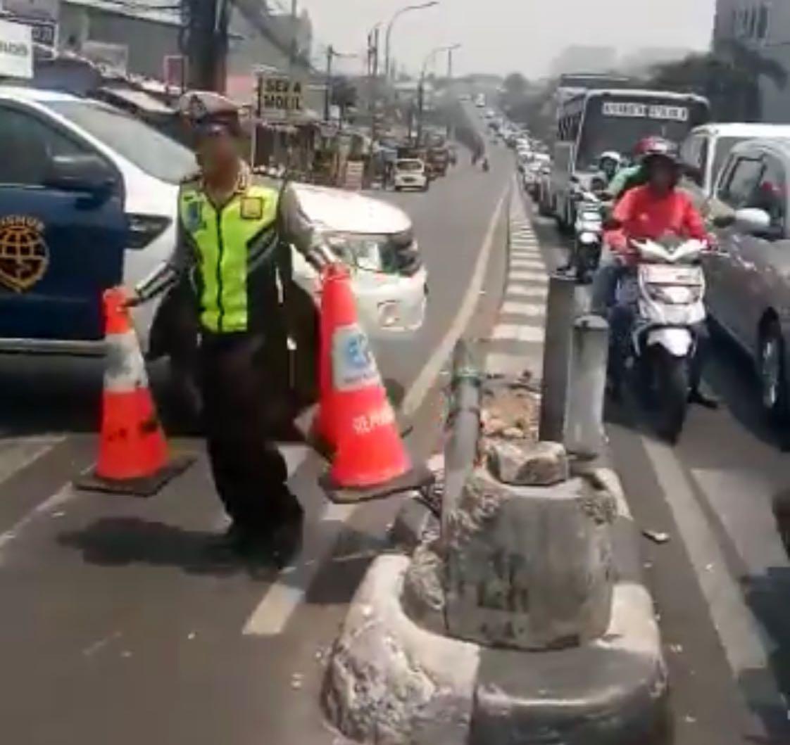 Pada pukul 12.03: Polri lakukan rekayasa arus lalu lintas di Traffic Light Jambul Jaktim arah TMP dlm rangka proses pemakaman Almarhum Prof. Dr. Ing Bacharuddin Jusuf Habibie, Presiden Republik Indonesia ke-3 di TMP Kalibata, Jaksel.