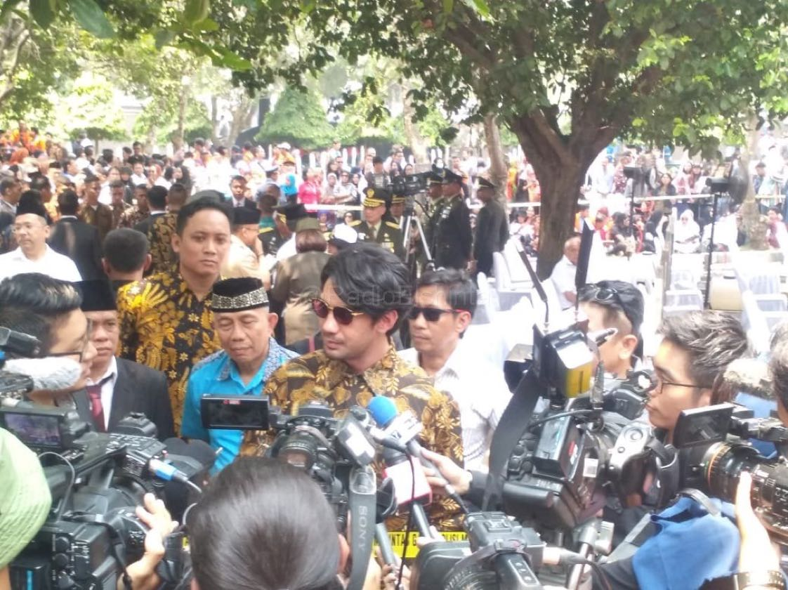 Aktor Reza Rahardian, siang ini hadir untuk mengikuti upacara pemakaman Presiden ke-3 RI B.J. Habibie di TMP Kalibata, Jakarta Selatan. (Paa)