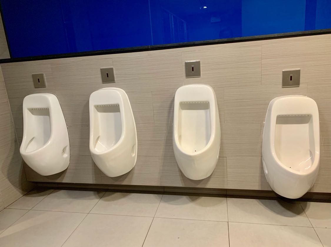 Tim Liputan Teman (LT) masih menjelajah di sekitar SF Cinema, MBK, Bangkok yang berada di lantai 7. Toiletnya cukup bersih. Dan jangan kaget jika cleaning service-nya perempuan walau itu toilet untuk pria. Ada apa lagi di sekitar toilet Pria tersebut? Berikut ini kejutannya...