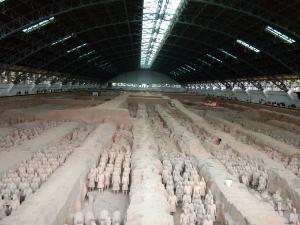 Catatan dari kota Xi'an, Tiongkok  Museum  Terracotta Warriors and Horses, adalah tempat yang paling favorit di kunjungi di kota ini. Lokasi persisnya ada di Lintong Distrik, sebelah timur Kota Xi'an.  Sesuai dengan namanya Terracotta, di museum ini terdapat hamparan tanah yang sangat luas dan  terdapat hampir seribu replika patung yg terbuat dari tanah menyerupai dan berukuran persis seperti  tentara Qin Shi Huang (Kaisar pertama China) yang berjajar rapih seperti pasukan perang. Ada 3 bagian, yaitu pasukan prajurit, jenderal dan pasukan berkuda.