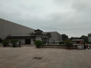 Museum  Terracotta Warriors and Horses,  Dari luar keindahan museum ini sudah terlihat indah,  bangunan yg berdiri kokoh dengan design kerajaan China. Halamannya juga sangat luas dan sejuk, karena lokasinya di bawah kaki bukit, serta dipenuhi dengan pohon yang rindang.  Masyarakat Tiongkok di Xi an mempercayai bahwa pasukan tentara Qin Shi Huang  hanyalah mati jasadnya, sementara jiwa mereka masih hidup dan menjadi penyemangat bagi kehidupan dan  kemajuan masyarakatnya hingga saat ini.