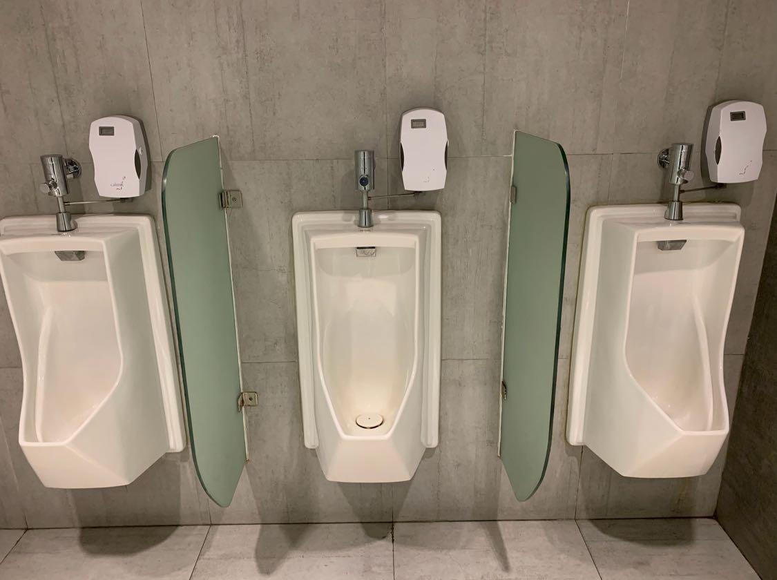 Nah, tadi malam Tim LT mengecek ke salah satu toilet hotel di Jl. S. Parman, Jakarta Barat, eh ternyata gak kami temukan gambar lalat di urinoir-nya 😬