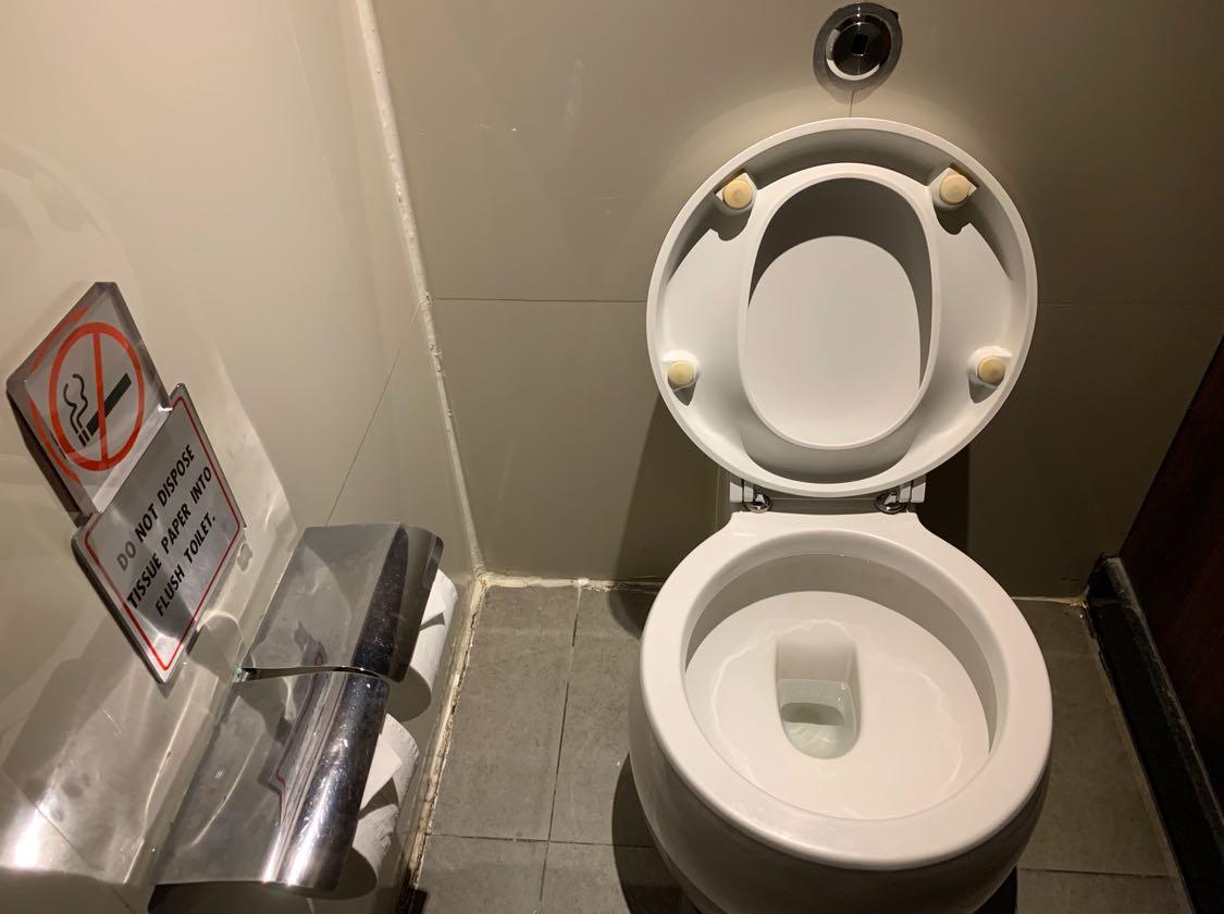 Wah, ternyata ada juga toilet duduk yang bentuknya bulat gitu ya? Kalo yang ini, Tim LT baru pertama kali melihatnya nih🤔