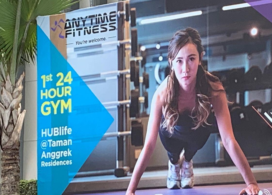 Satu lagi yang baru saja membuka bisnisnya nanstop 24 jam adalah Anytime Fitness di HUBlife Taman Anggrek Residence, Jakarta Barat. Papan iklannya sangat meyakinkan sebagai 1st 24 Hour Gym. Mau coba? Kontak aja di 081381041099z