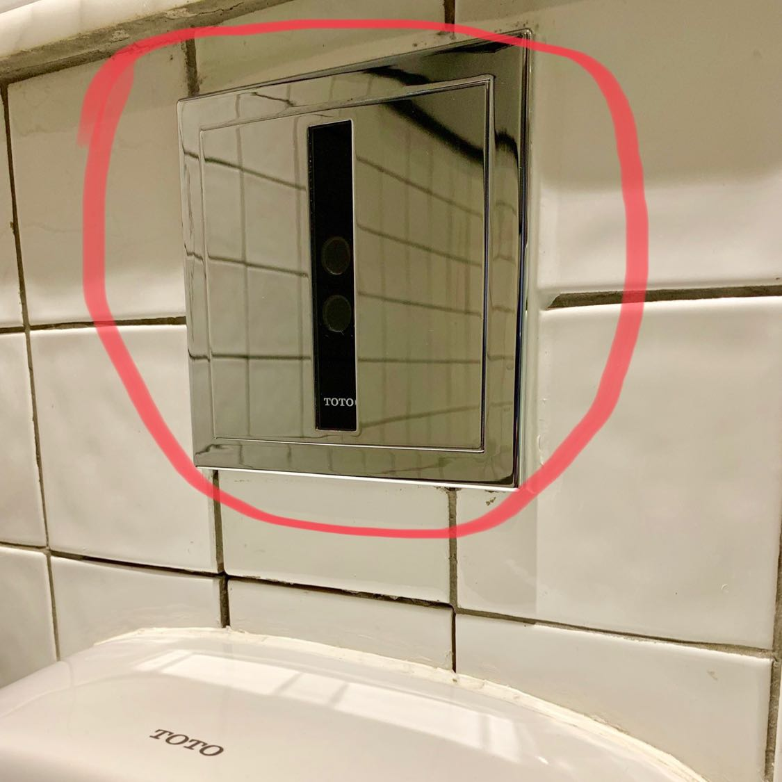 Toilet modern dilengkapi dengan alat pendeteksi di bagian atas urinoir. Alat tersebut otomatis mengucurkan air sebelum dan sesudah kita pipis. Dengan alat tersebut, tugas cleaning service menjadi lebih ringan, dan urinoir selalu terjaga dari bau pesing karena malas menyiram.