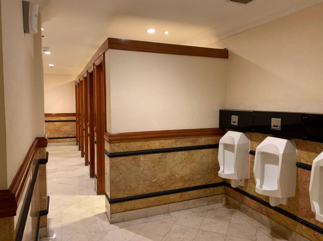 Nah, kalau ini bagian kanan dari ruang toilet yang banyak berjejer urinoir.