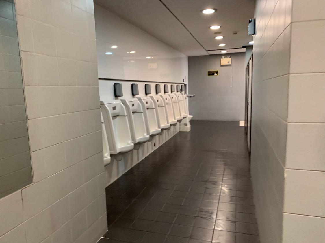 Terkesan toilet itu rapih dengan urinoir berjejer panjang dan cukup banyak, tapi perhatikan lantainya yang tidak kering, yang seperti ini rawan karena licin. Perhatikan lantai setiap kamu masuk ke toilet ya. Waspadalah selalu di toilet.