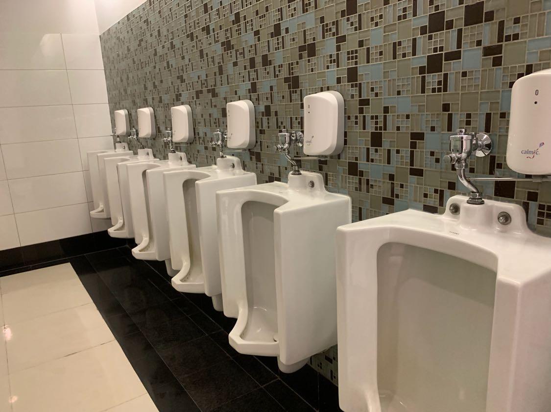 Ini toilet di Mal Taman Anggrek, Jakarta Barat yang saat ini masih belum direnov. Masih ada di beberapa lantai. Kalau udah direnov seperti apa? Seperti yang berikut ini nih....