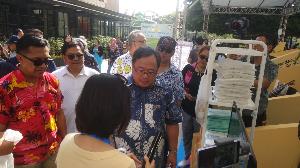 Menteri Perencanaan Pembangunan Nasional Indonesia, Bambang P. S. Brodjonegoro, berkeliling mengunjungi booth yang tersedia di acara SDG's Festival 2019