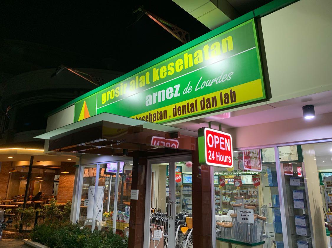 Jika memerlukan toko yang menjual berbagai keperluan klinik atau praktek dokter, sekarang ada tokonya yang buka 24 jam. Datang aja ke RS Harapan Kita di Jl. S Parman, Jakarta Barat. Posisinya persis di depan RS Jantung, atau sebelah kiri RS Harapan Kita.