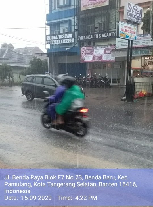 Cuaca hujan deras di wilayah Benda, Pamulang, Ciputat, Tangsel dan sekitarnya. (@ronisachroni7)