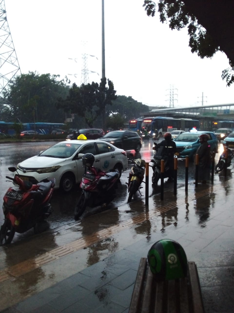 Cuaca hujan deras di UKI Cawang, Jaktim. (P. Abdul Rahman)