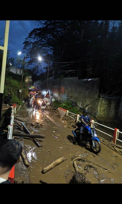 Banjir bandang di Kampung Cibuntu, Desa Pasawahan, Kec. Cicurug, Sukabumi, Jabar mulai berangsur surut. (@ukis_sundanes)
