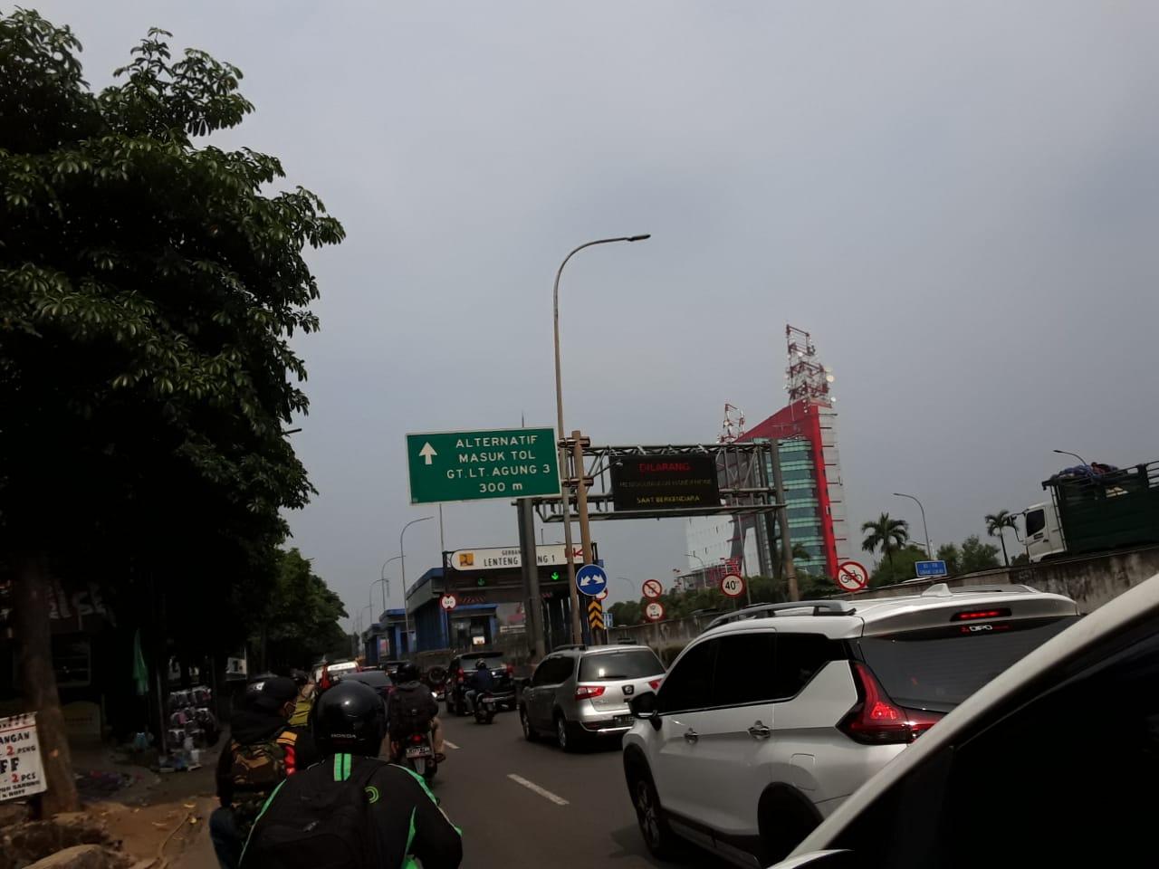 Lalu lintas di Jln TB Simatupang, Jaksel, dari lepas Fly Over Tanjung Barat - Lenteng Agung menuju Rindam Ranco padat. Cuaca cerah. (P. Hasbiallah)