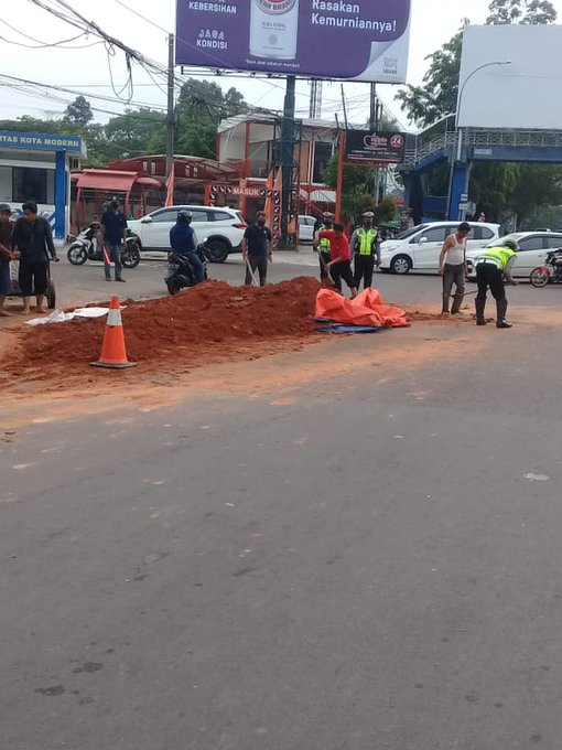 Arus lalin di Jalan Jendral Sudirman Tangerang dari layang Cipondoh yang mengarah ke Cikokol macet imbas adanya tumpahan tanah merah dari mobil dam truk posisinya di traffic light Tangcity sudah dalam penanganan petugas. (Indra)
