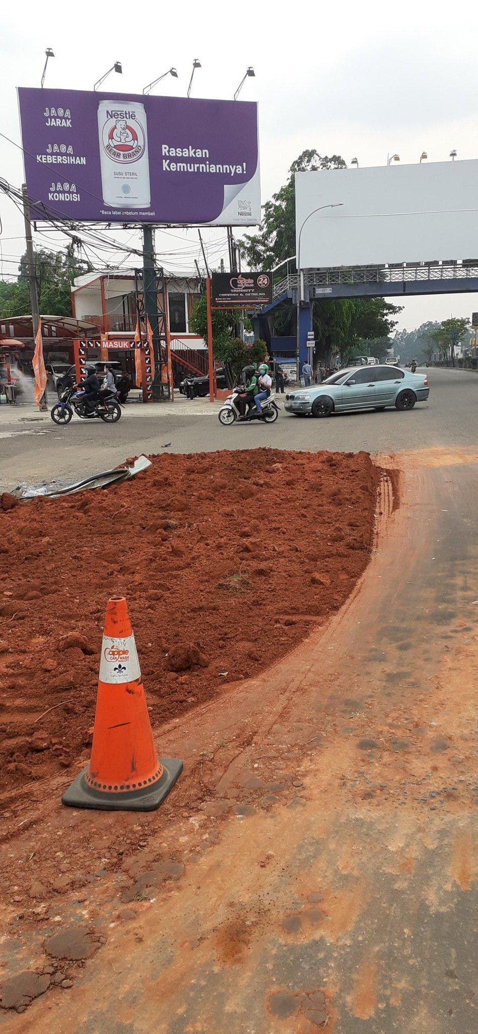 Lalin macet di Cikokol ada tanah tumpah diseberang Auto 2000.  (@firman_gathi)