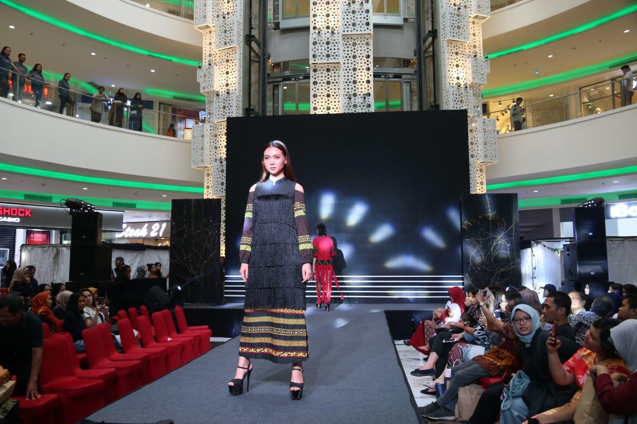 Beberapa hasil kreativitas mahasiswa Program Studi Desain Mode,  Politeknik Negeri Media Kreatif Jakarta