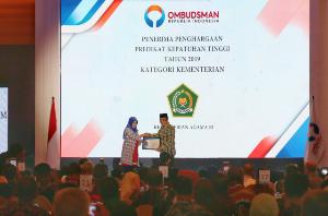 Kementerian Agama juga mendapat penghargaan kepatuhan standar pelayanan publik. Penghargaan yang diterima oleh Menteri Agama Fachrul Razi dikatakan sebagai hasil kerja bersama, hasil pimpinan Menteri sebelumnya.